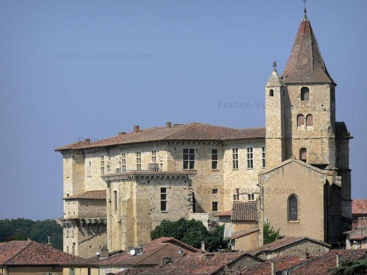 N'oubliez pas de visiter le magnifique château de Lavardens, situé à 18.3 km de Rigeupeu