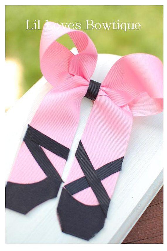 Un arco perfecto para tu pequeña bailarina!  Shaoed cinta rosa en el arco de zapatilla de ballet con detalles en negro a pinza parcialmente