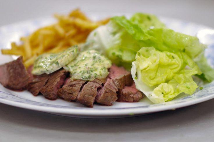 De onglet of 'beenhouwersbiefstuk' blijft één van Jeroens meest favoriete stukjes rundvlees. Deze biefstuk is best vezelig, maar de smaak is ongeëvenaard en van topkwaliteit.Bak het vlees bleu of saignant en serveer het in plakjes. Een feest voor de echte vleesliefhebber. Jeroen serveert er zelfgemaakte dragonboter bij en verse fijne frietjes. Kortom, een recept voor biefstuk-friet van de bovenste plank.