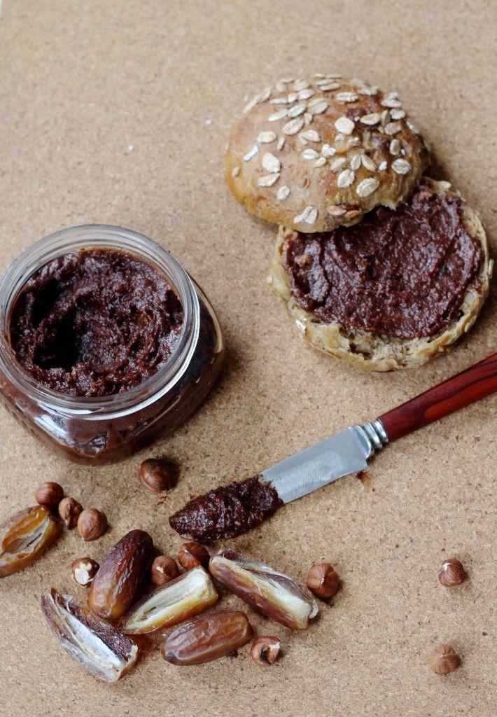 Biologische vegan Nutella met natuurlijke ingrediënten en gezoet met dadels. Hoe je het maakt, lees je op de blog.