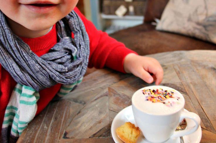 Babyccino, Steamer olarak da bilinir. %20'si süt ve %80'i süt köpüğünden oluşur. Vücut sıcaklığının üzerinde, ideal olarak 40.5c'da servis edilir. Bu sıcaklığın önemi, sütün doğal lezzetinin en iyi bu ısıda ortaya çıkmasından gelmektedir. Üstüne konulacak süsleme malzemesine gelindiğinde, bu genellikle kakaodur. Bazen marşmelov, minik bisküvi ve çikolata parçacıkları gibi yan servis malzemeleri de içerebilir.