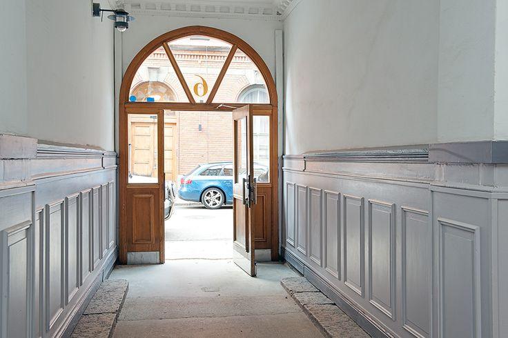 Den pampiga portgången leder vidare in på gården // grand doorway leads into the yard
