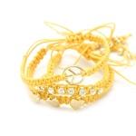 Kit com 3 pulseiras em macramê  paz e amor, strass, corações e fecho regulável. Cor: AmareloRef: 16403801