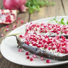 Μια μοναδική και πολύ εντυπωσιακή συνταγή από το μακρινό Ουζμπεκιστάν, με πολύ ιδιαίτερα υλικά και δροσερή γεύση λόγω του ροδιού. Δοκιμάστε την οπωσδήποτε