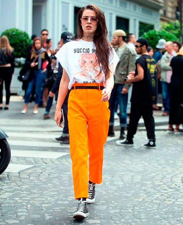 It Girl -  T-shirt-vintage-branca-calça-alfaiataria-cintura-alta-laranja-all-star-cano-alto- preto-óculos-transparente - T-Shirt Vintage - Verão - Street ... a3d04627dc