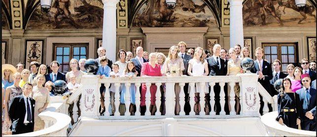 Foto di famiglia, al centro la sposa Beatrice Borromeo. Sulla sinistra si Alberto di Monaco senza la moglie Charlene e i gemelli. Nel gruppo si riconoscono Carolina di Monaco, le sorelle Borromeo e Marta Marzotto