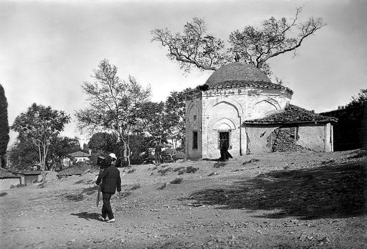 Ένας φωτογράφος μπροστά στο Μαυσωλείο του Μουσά Μπαμπά