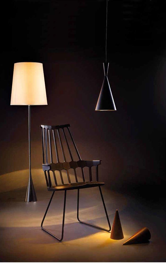 Lámpara de pie con base metálica negra y pantalla en tela de algodón, diseño de Pascal Mourge para Ligne Roset, en Spazio W. Silla Comeback, diseño de Patricia Urquiola, en Kartell.