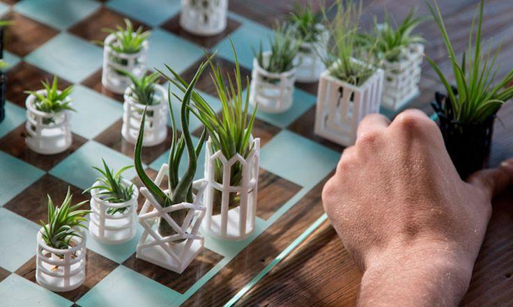 O designer de produto Michael, baseado na Califórnia, Estados Unidos, criou um jogo de xadrez diferente de tudo que você já viu. No lugar de reis, rainhas e cavalos, as peças são todas mini vasos impressos em 3D.