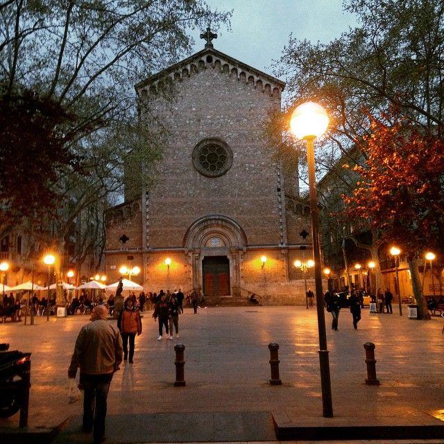 La Plaza de la Virreina se construyó en 1878, y es conocida por este nombre debido a que antiguamente se encontraba allí el palacio de la virreina, viuda del virrey de Perú. http://www.viajarabarcelona.org/lugares-para-visitar-en-barcelona/plazas-de-gracia-en-barcelona/ #Barcelona #Gracia