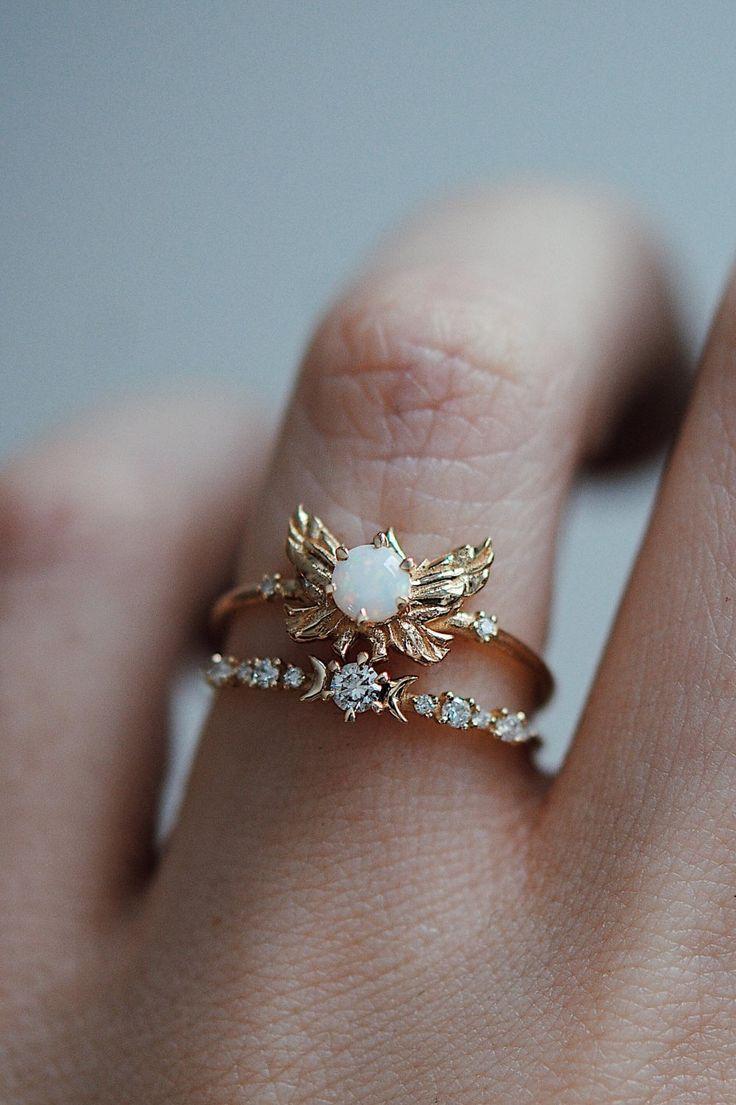 Zarter #Goldring mit Stein und Blätterumrandung zuammen getragen mit anderem Ring der mit mehreren kleinen #Diamanten besetzt ist. Sofia Zakia   ZsaZsa Bellagio