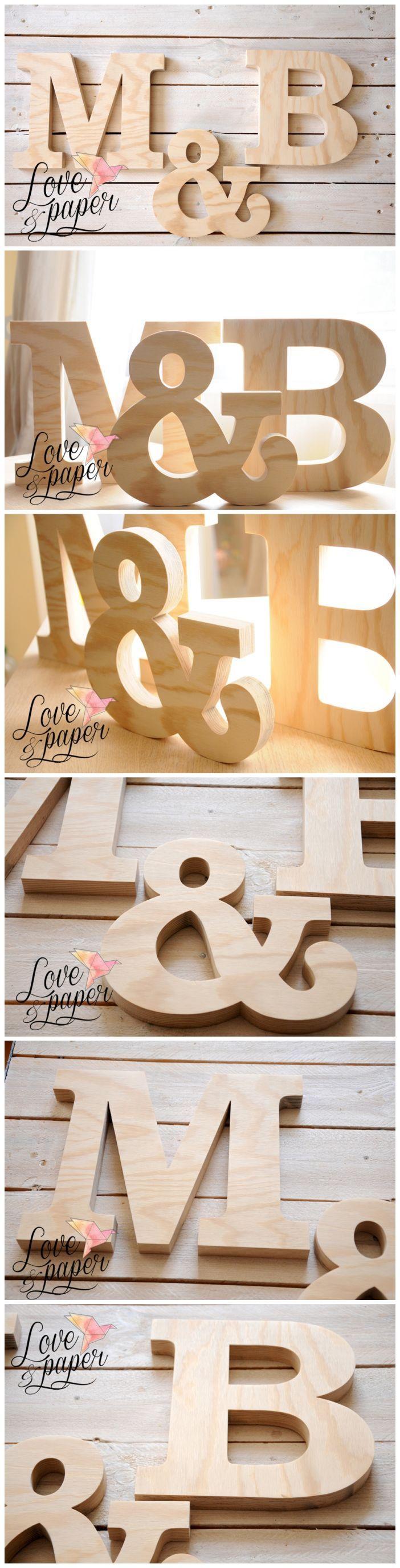 Eleganckie drewniane litery lość: 3 szt. - przykład M & B wysokość litery: M B – 25 cm wysokość litery: & - -23 cm materiał: sklejka grubość sklejki: 2.5 cm