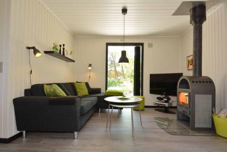 Et særdeles hyggeligt og velindrettet sommerhus, som er gennemgribende renoveret i 2013. Det er smagfuldt møbleret, lyst og venligt, og beliggende på en god og rolig afskærmet grund. Der er flotte og rengøringsvenlige gulve, et flot køkken og et flot badeværelse. Gratis internet og 2 hunde tilladt. Charmerende sommerhus Dette sommerhus har 3 soveværelser, alle …