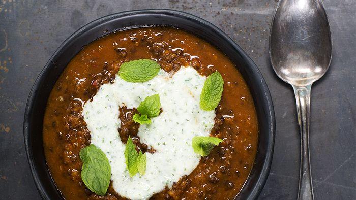 Den 12 april är det linssoppans dag, så då slår vi på stort med den här krämiga indiska grytan. Hittar du inte belugalinser går lika bra med svarta eller röda linser.