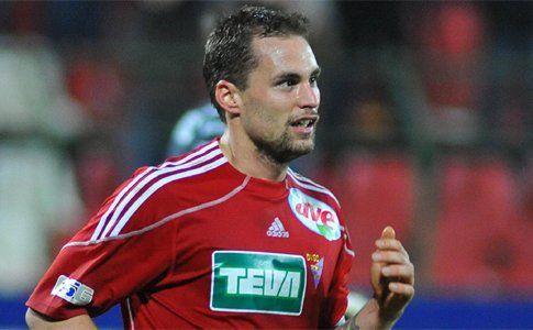 Czvitkovics Péter, a Debrecen 30 éves, korábbi válogatott játékosa az NBI újoncához, a felcsúti Puskás Akadémiához igazolt. Czvitkovics Péter az idei négy fordulóban nem kapott szerepet a debreceni alakulatnál, a csapatváltás pedig sejthető volt. Most pedig már hivatalos a hír. A Debrecennel és korábban az MTK-val is 2-2 bajnoki címet szerző játékos aláírt az idei […]
