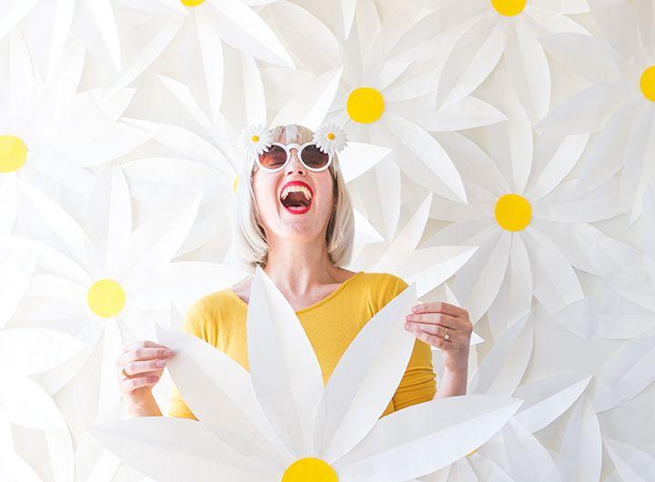 Paper daisy backdrop tutorial | www.homeology.co.za
