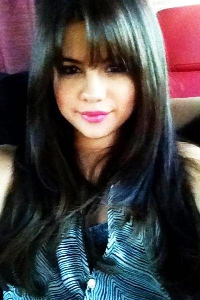 Selena Gomez mit neuem Styling: Die 20-Jährige hat sich für einen neuen Film einen Pony schneiden lassen.