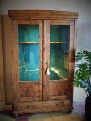 Franse antieke grenen vitrine kast van eind 1800 gebruikt als wapenkast. Hoog 182 cm. Breed 109 cm. Diep 37 cm. niet demontabel. Prijs € 350,-