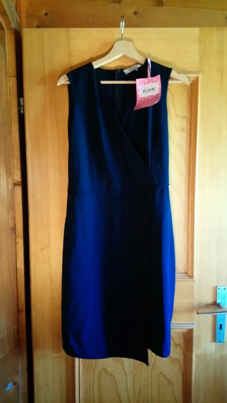 6969d6006a Robe neuve, jolie coupe portefeuille. | Vinted | Robe, Robe chic et ...