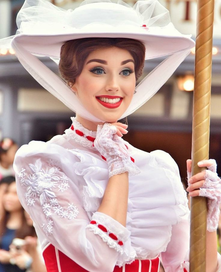 Her makeup is so pretty. Mary Poppins face character at Disney.