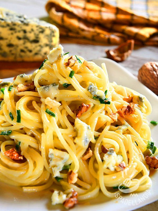 Gli Spaghetti con noci e gorgonzola piccante sono un primo saporito velocissimo da preparare e dal gusto deciso.