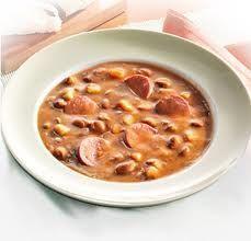 Bruine bonensoep is een heerlijke soep om in de herfst en winter te eten als het koud is buiten. En een lekkere afwisseling op de veel bekendere erwtensoep, bij ons is de Bruine bonensoep favoriet en staat iedere winter verschillende keren op het menu. Een dag van te voren maken is bij deze soep geen probleem hij word alleen maar lekkerder, dus na een uitstapje staat de maaltijd zo op tafel, ook makkelijk als er gasten komen dan hoef je niet lang in de keuken te staan. Lekker met stokbrood,