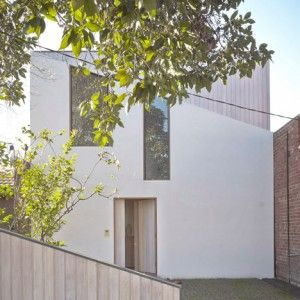 Bow+House+by+Edwards+Moore+has++a+narrow+middle+that+frames+a+patio