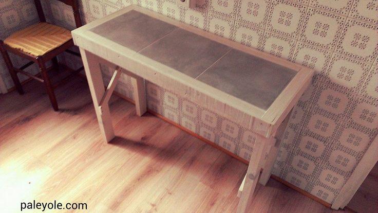 Mesa de cocina tintada en blanco roto y con tablero enlosado. Ideal para esos desayunos rápidos antes de irse al trabajo o al cole.  Hecho de Palé Palet