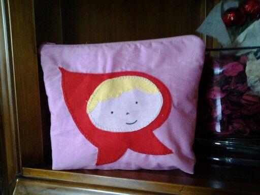 La tía de Adriana la ha hecho un  regalo chulisimo. Una bolsita de aseo.