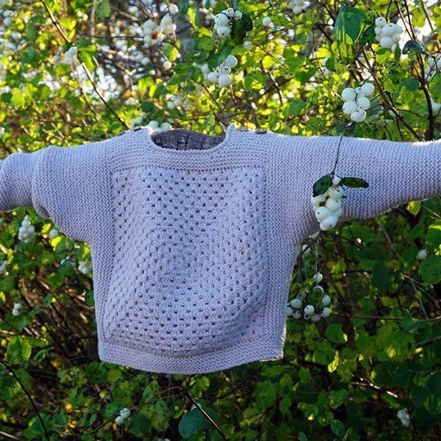 En lille hvid PETITE FLAGERMUS er lige fløjet af pindene   Rigtig god lørdag til jer alle!  #petiteflagermus #strikkehygge #barnestrikk #barneklær #strikk #flagermus #godlørdag #whitebat #knittingislove #knitstagram #instaknit #knitforkids #babyknit #happysaturday #knit #knittingpattern #petitesomething