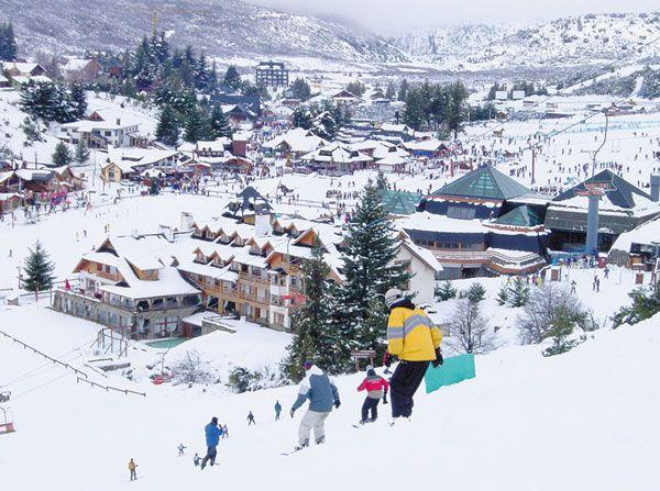 Cerro Catedral, Bariloche, Argentina - Sendo a mais antiga e tradicional estação de ski da América do Sul, o Cerro Catedral é a opção adequada para quem deseja praticar esportes de neve, contemplar uma bela paisagem, fazer passeios de ecoturismo e curtir uma charmosa cidaderesort, com restaurantes elegantes, bares agitados, deliciosas chocolatarias e muitas lojas. Há tanto o que fazer em Bariloche que esquiar é, na verdade, apenas um programa a mais.
