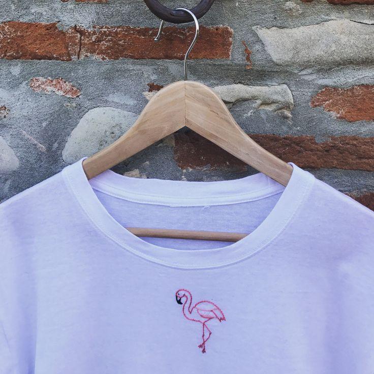 Ricamo realizzato a mano su tshirt in 100 % cotone, riproducibile in colori e taglie diverse!   Misure maglie:   - S - spalle 45 cm, lunghezza 60 cm - M - spalle 49 cm, lunghezza 63 cm - L - spalle 50 cm, lunghezza 67 cm  - XL - spalle 53 cm, lunghezza 70 cm