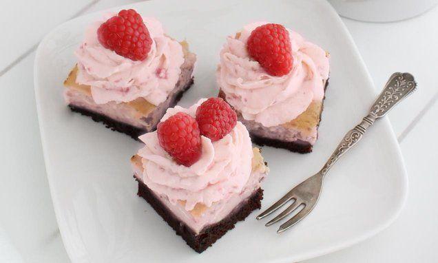 Frambozengebakjes met een #chocolade #brownie en #cheesecake bodem. Heerlijk met een toef frambozenslagroom.