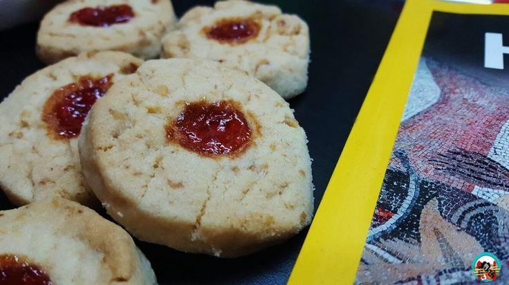 Kurabié:  Hoy toca galletas y cocina del mundo. Así que toca viajar con esta receta hasta Albania. La cocina albanesa está inspirada en la cocina de los balcanes y la cocina mediterránea, también tiene sus propios platos del país. Como estas ricas galletas que se deshacen en la boca al primer mordisco que le damos.