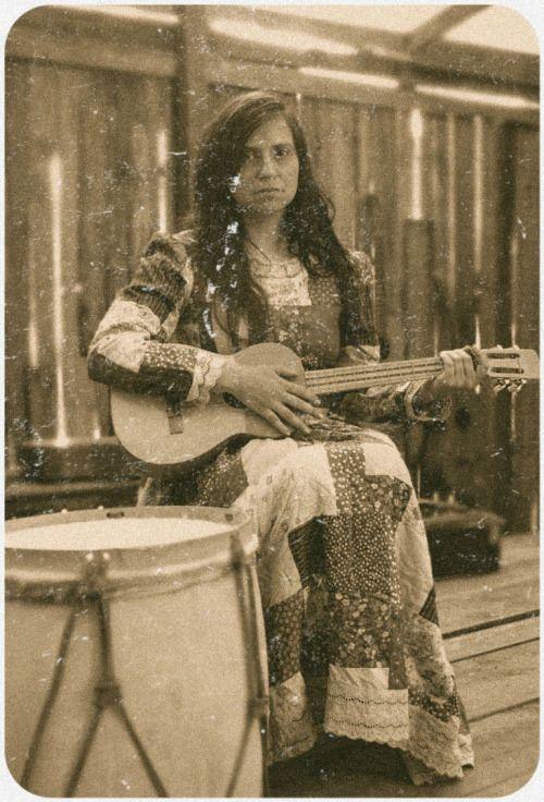 danathur: La Violeta Parra. Gran poetisa y cantora de Chile. Con su guitarra y su voz de flores y tierra, Hacia vibrar las cuerdas de su guitarra, y con ellas, las cuerdas de Nuestro Corazón.