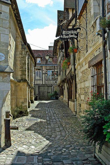 Une rue du vieux Honfleur Normandie France. A street of Honfleur Normandy France. Una strada di Honfleur Normandia Francia. Eine Straße von Honfleur Normandie Frankreich. Una calle de Honfleur Normandía Francia.  View On Black