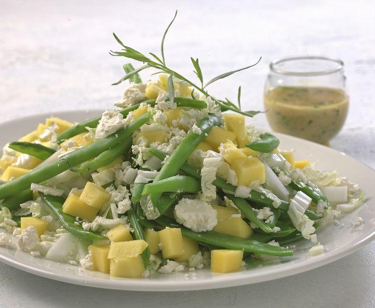 I denne salaten møtes tradisjonelle grønnsaker som kinakål og bønner den mer eksotiske mangoen og fetaosten. Herlige smaker som utfyller hverandre.
