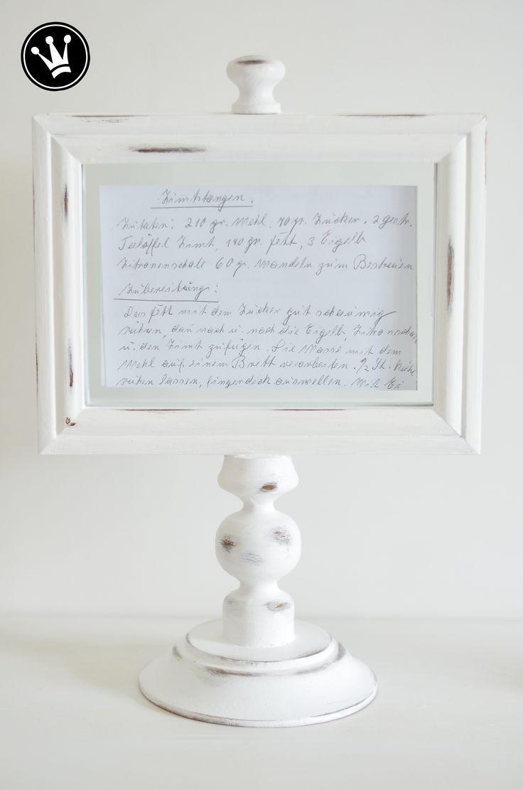 DIY- Bilderrahmenständer für Fotos, Sinnsprüche oder kleine Kunstwerke. Aus zwei Bilderrahmen, einem Kerzenständer und einem Holzteller habe ich mir diesen Ständer selber gemacht. Ich lieben ihn, denn endlich habe ich den idealen Platz für das handgeschriebene Rezept meiner Oma, einen mutmachenden Spruch und ein selbstgemaltes Bild unserer Kinder. Diese geniale Idee habe ich vom blog inmyownstyle.com