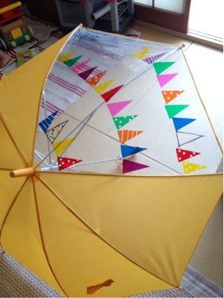 やりたい: こどもの通園傘の透明部分に透明カッティングシートでお飾り。 水玉は穴あけパンチを使っています。
