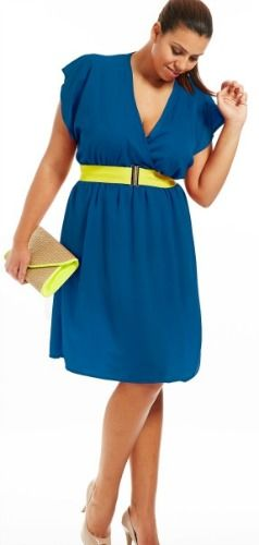 Une jolie robe portefeuille, pour un look ensoleillé au bureau! #blue #plussize