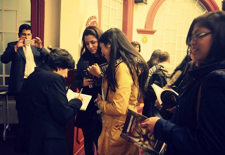 "Firma de autógrafos del nuevo libro: ""Brainketing"" de Liliana Alvarado de Marsano ."