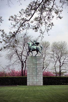 Cette statue équestre symbolisant la paix a été réalisée par le sculpteur yougoslave Anton Augustincic, et est un don du Gouvernement de la #Yougoslavie le 15 décembre 1954. Dans sa main gauche, la femme tient une branche d'olivier, et dans sa main droite un symbole du monde.