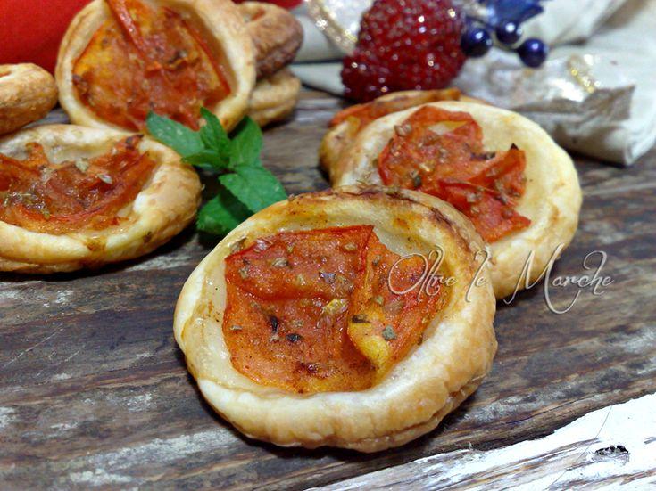 Le pizzette di sfoglia al pomodoro fresco al profumo di origano si preparano con pochissimi ingredienti. Ideale per servire nelle feste o negli happy hour.