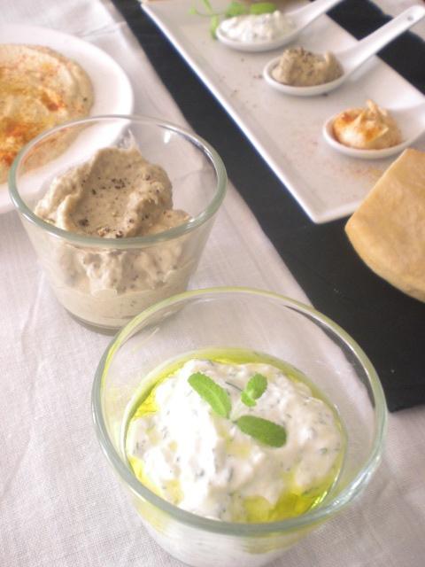 Entrantes Mediterraneos: Hummus, Mutabal y Tzatsiki con pan de Pitta.
