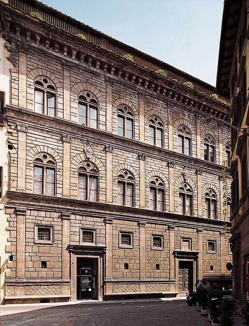 Alberti,Rucellai Palace/  1460/ با پیروی از شیوه ی بولنسکی از عناصر کلاسیک برای تزئین نما استفاده کرد. هرچند پیوند خودشو با سنت های گوتیک هم کاملا از بین نبرد. طبقه ی اول اقتباسی از شیوه ی دوریسی است و پنجره ها شبیه پنجره های نتردام پاریس، البته بدون طاق تیز گوتیکی.