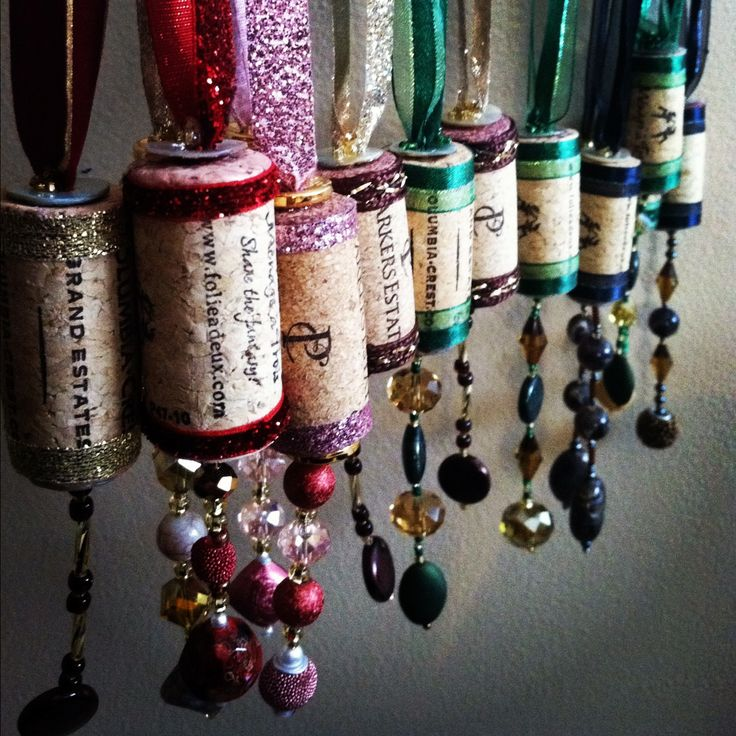 Note to self - can use thread spools as well... DIY Christmas ornaments made from wine corks