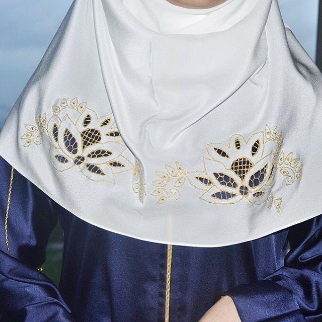 •Özel tasarım roşelya ipek dolama başörtümüz sınırlı sayıda üretilmiştir. •Fiyatı 175 TL. •Aynı gün, ücretsiz kargo. ~Her yer Başzadeler, her şey size özel.~ #Başzadeler #başörtü #eşarp #scarf #ipek #silk #ipekbaşörtü #silkscarf #roşelya #nakış #embroidery #özeltasarım #hautecouture #moda #fashion #fashiondesigner