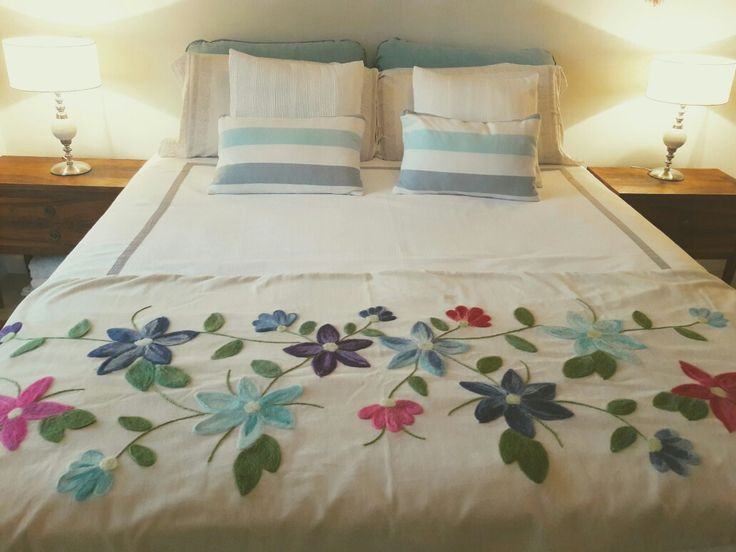 Pie de cama en pana de algodón bordado con vellon punzado. 100% artesanal. Amo mi trabajo!