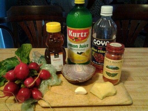 Remedios para el Flu, catarro, bronquitis. 5 bolitas de rabano, 1 diente ajo, 2 slice de savila, 1 botellita miel abeja honey, 1/2 jugo limon, 1/2 cebolla lila, 1/2 jengibre, cayenne pepper. Una pizca. Poner en blender. Beber 3 veces al dia. Todo es para limpiar pecho, catarro, congestion ok.