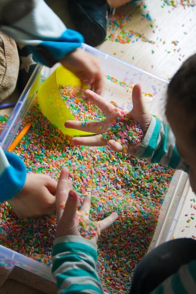 Spelen met gekleurde rijst. Zet een paar kindjes aan een grote bak met rijst en brengt zelf allerlei keukenmateriaal mee om mee te spelen. Ze kunnen er ook in scheppen. Zullen ze heel leuk vinden.
